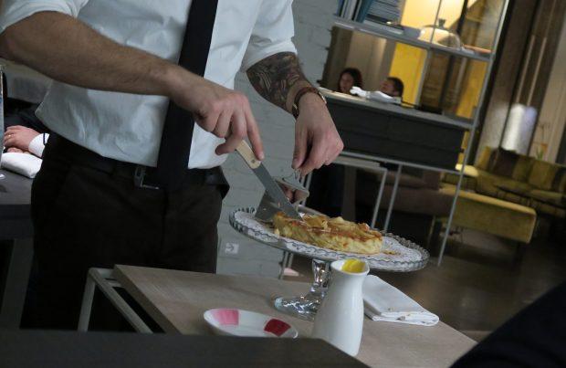 Davide, che lavora in sala da FILIPPO Pietrasanta, sporziona il pre-dessert al tavolo davanti agli ospiti   ©foto Strutturafine