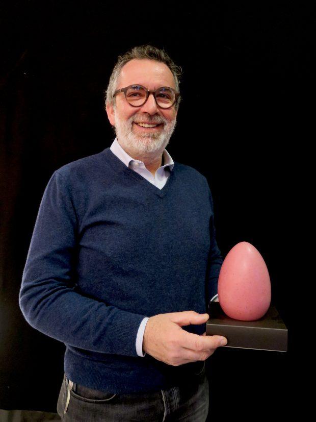 Giacomo Boidi col suo uovo di Pasqua Giraudi al lampone | ©Sandra Longinotti