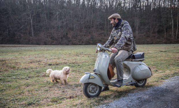 Cristiano Savini sulla sua Vespa GS 150 del 1955, col suo cane da tartufi Giotto
