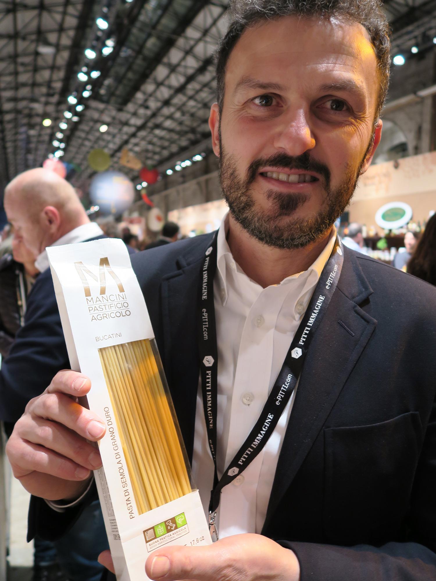 Massimo Mancini con i Bucatini, il nuovo formato di pasta Mancini | © Sandra Longinotti
