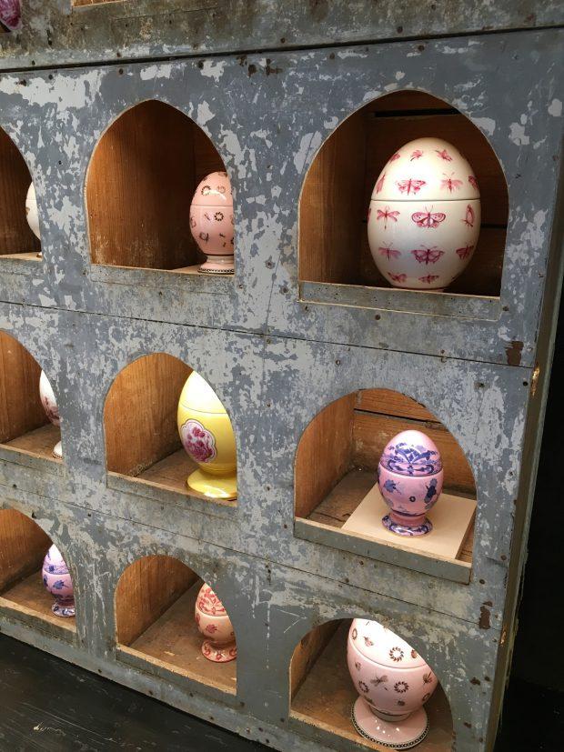 particolare della colombaia con le uova Richard Ginori a Milano | ©foto Sandra Longinotti
