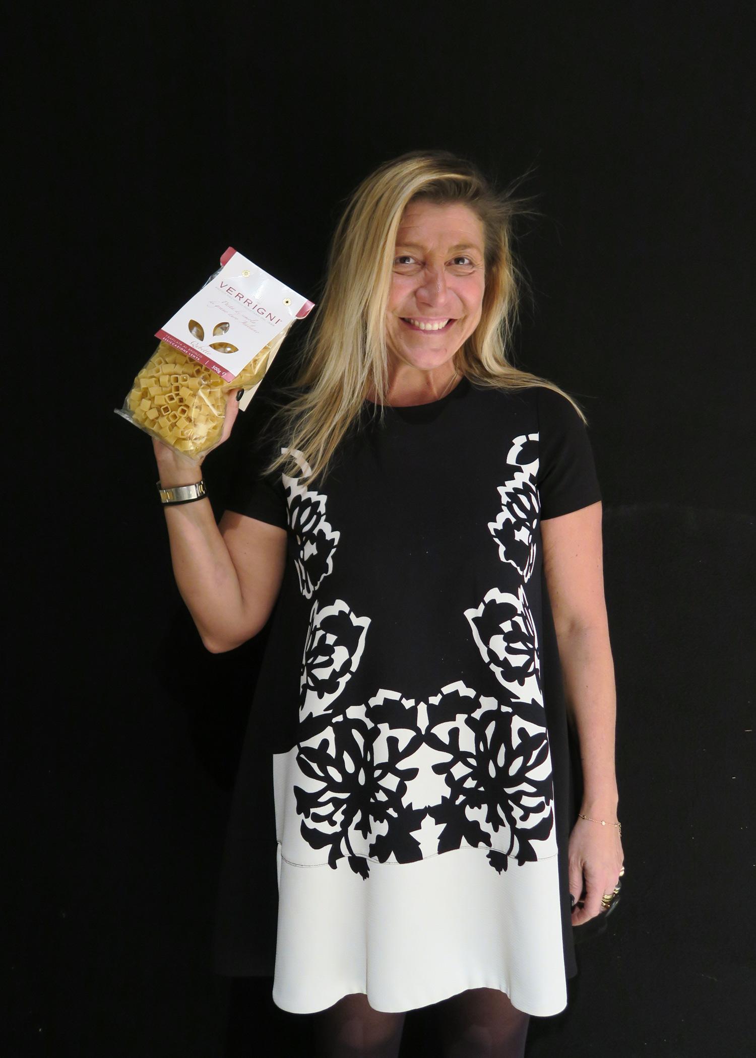 Francesca Petrei Castelli con Qubetto, uno dei nuovi formati di pasta Verrigni | © Sandra Longinotti