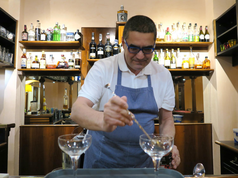 Alessandro Palazzesi mentre prepara i cocktail, Al Solito Posto | ©foto Sandra Longinotti