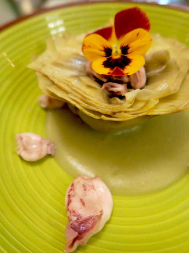 Carciofo su crema di carciofi e patate con totanetti leggermente spadellati e viola del pensiero – chef Serenella Medone, Al Solito Posto | ©foto Sandra Longinotti