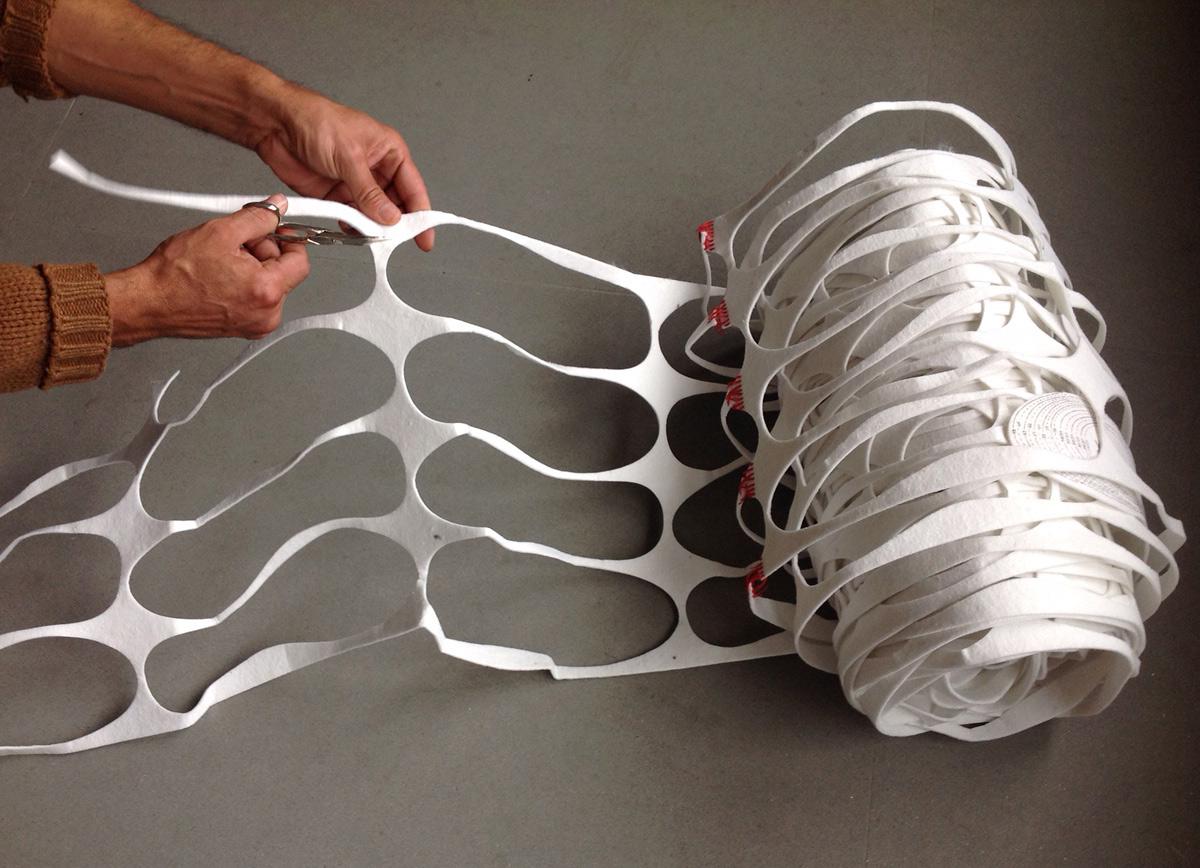 il feltro di scarto dell'industria calzaturiera dopo la produzione di solette, recuperato da 13Ricrea per realizzare le rose