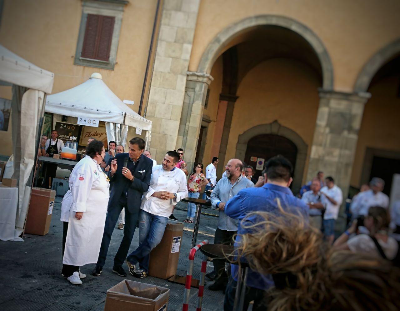 """Valeria Piccini apre la serata di """"Pizza e Pasta Mondiale"""" a Bibbiena con lo show cooking della pasta alla Scottiglia   ©foto Strutturafine"""