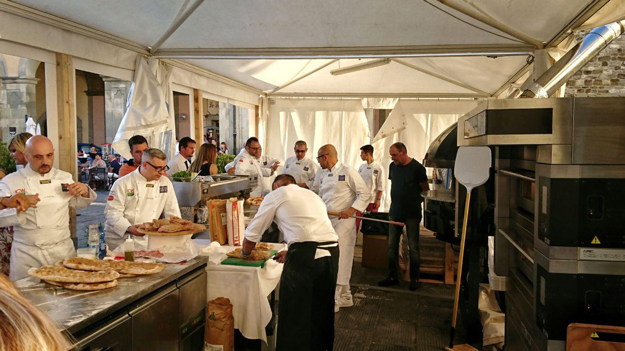 """i pizzaioli al lavoro a """"Pasta e Pizza Mondiale"""" nella piazza di Bibbiena   ©foto Strutturafine"""