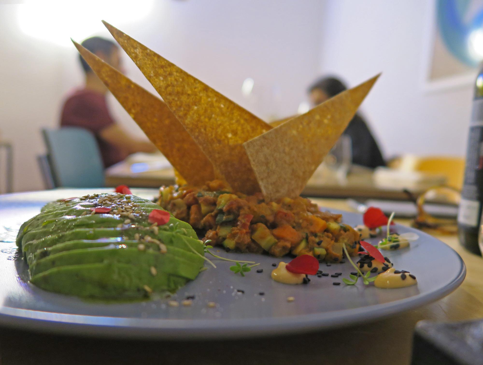 NACH, nachos con chili di verdure crude e avocado -ristorante Mantra raw vegan   ©foto Sandra Longinotti
