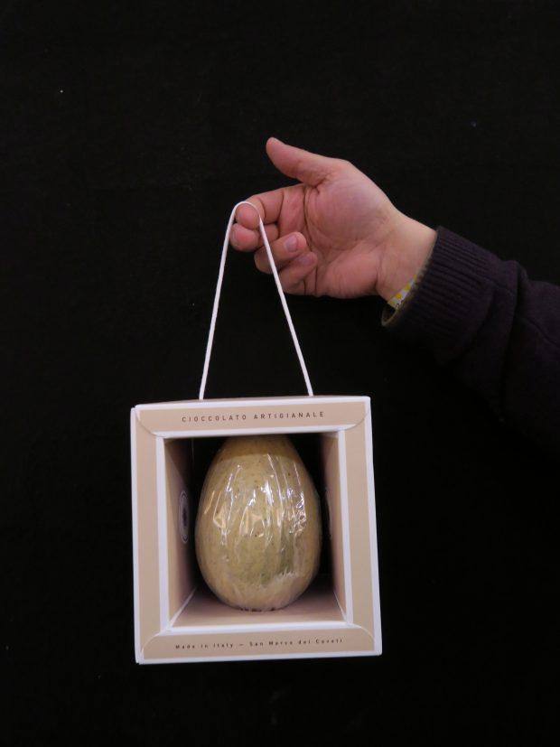 L'uovo di Pasqua di Autore al cioccolato bianco e pistacchio con cristalli di sale marino della Salina di Paceco   ©foto Sandra LOnginotti