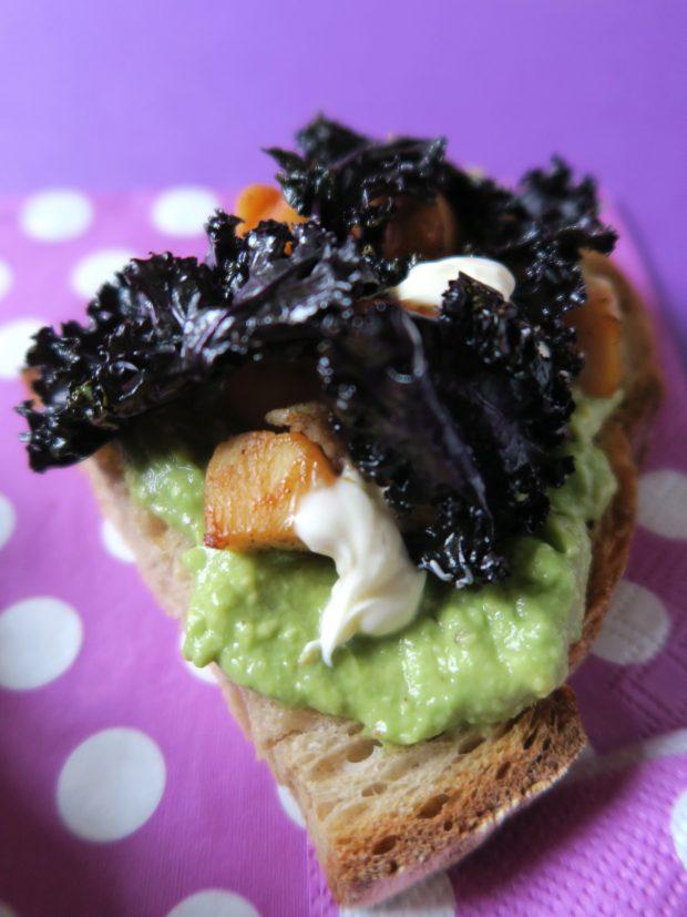 Bruschette al pollo, kale e avocado | ©foto Sandra Longinotti