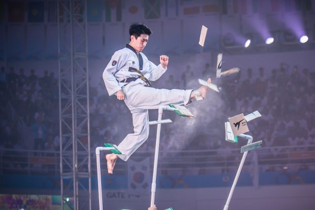 uno spettacolo di taekwondo, la tradizionale arte marziale coreana
