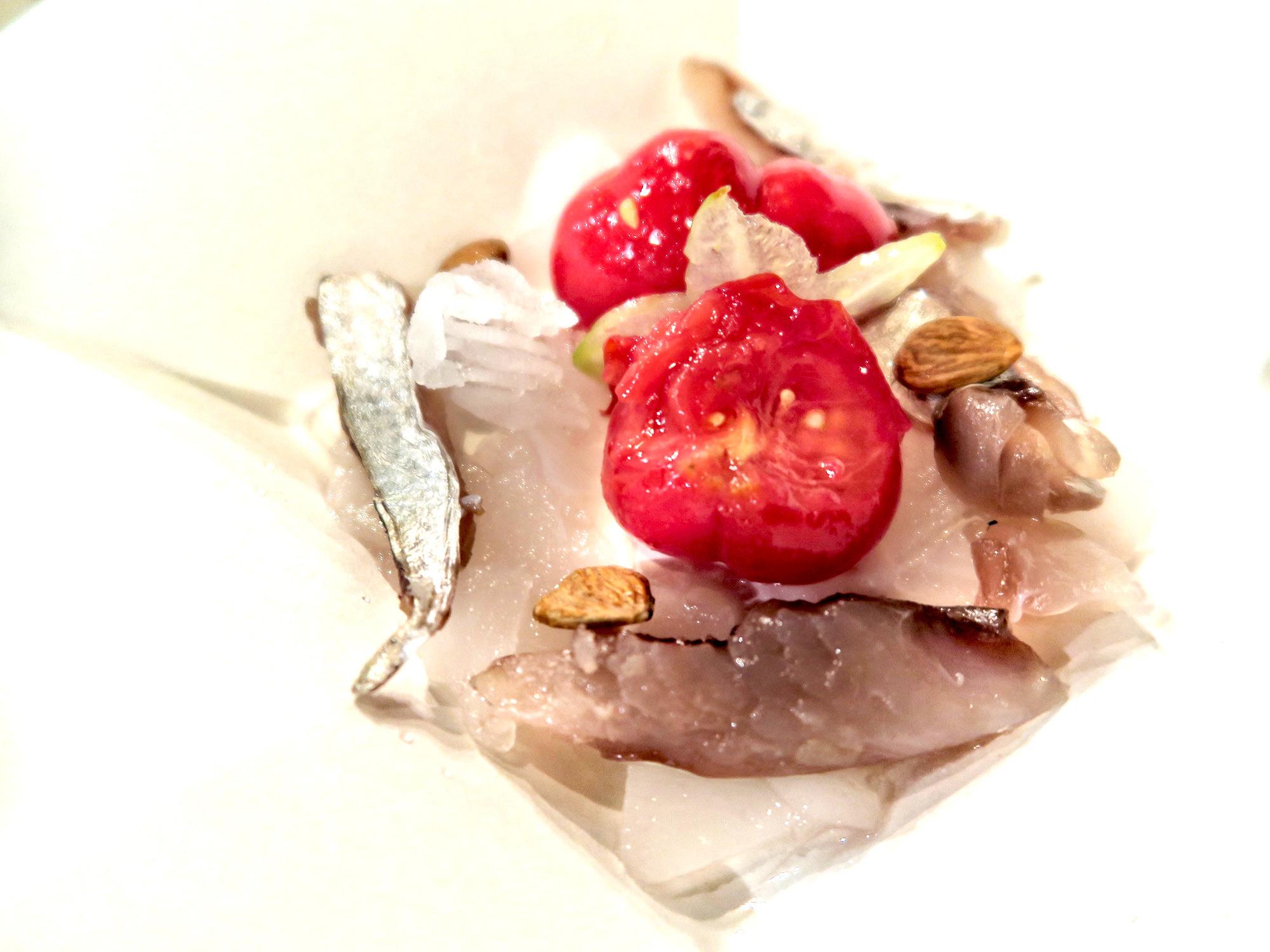 lo Sgombro affumicato al rosmarino, pomodoro marinato, aceto alla salvia e carambola, una ricetta estiva dello chef stellato Matteo Baronetto   ©foto Sandra Longinotti