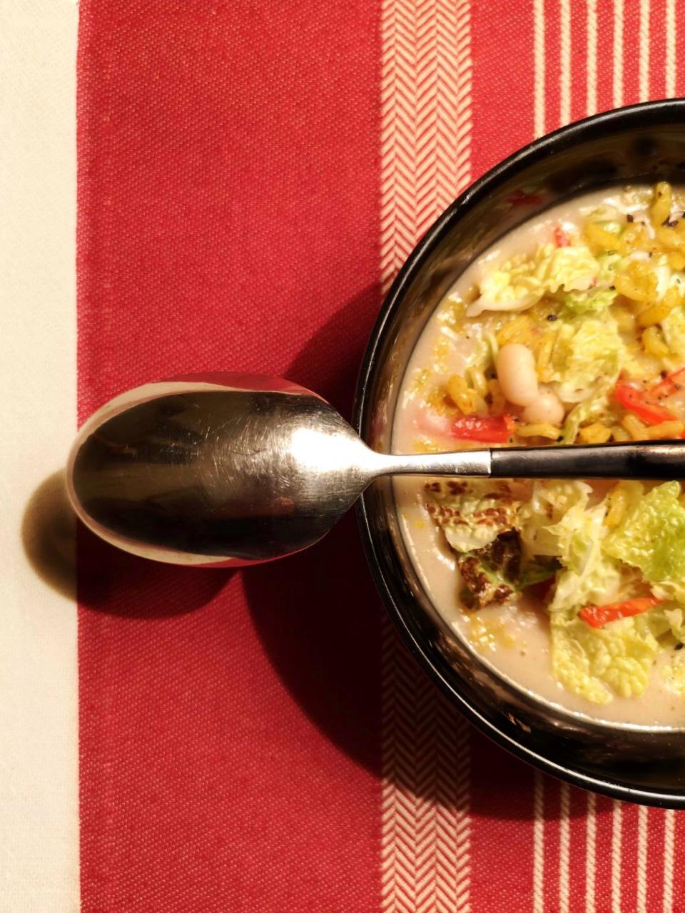 la mia Monday Soup #2 è una minestra di fagioli tondini, riso integrale, curry, verza e peperoncino | ©foto Sandra Longinotti