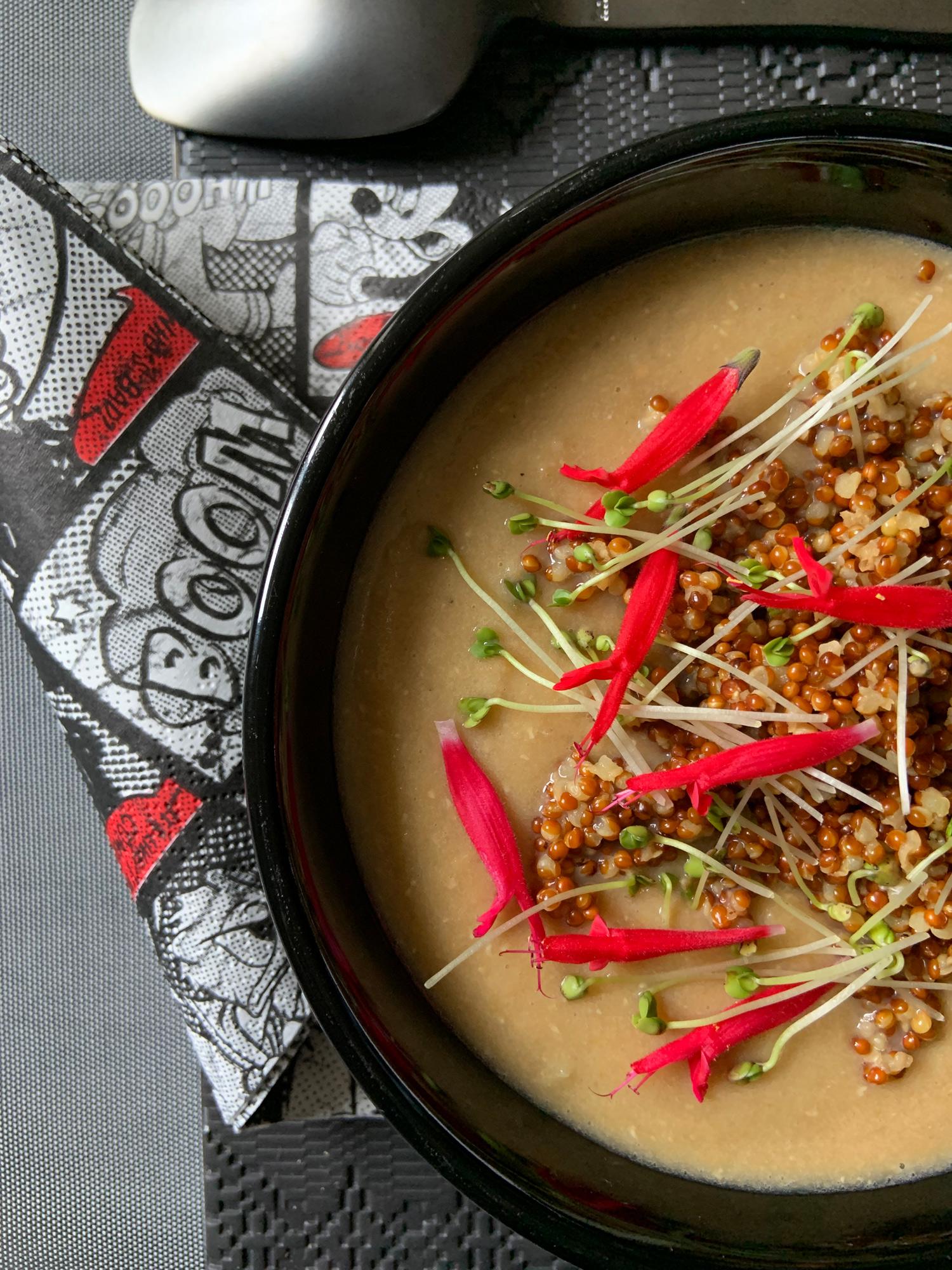 Crema di lenticchie rosse, miglio integrale, germogli di senape e fiori di salvia ananas | ©foto Sandra Longinotti