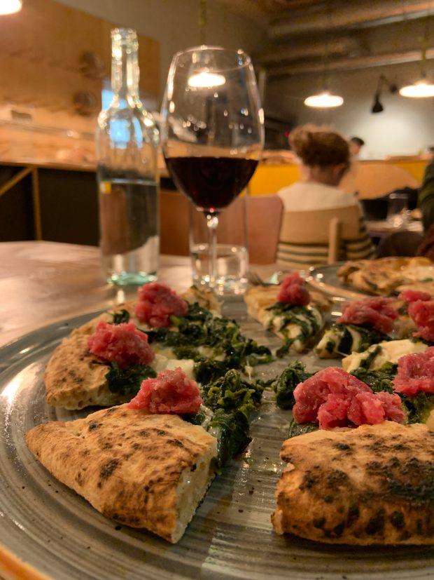 Pizza e Vino / Pizza con salsiccia di Bra cruda e friarielli, con Lambrusco | ©foto Sandra Longinotti