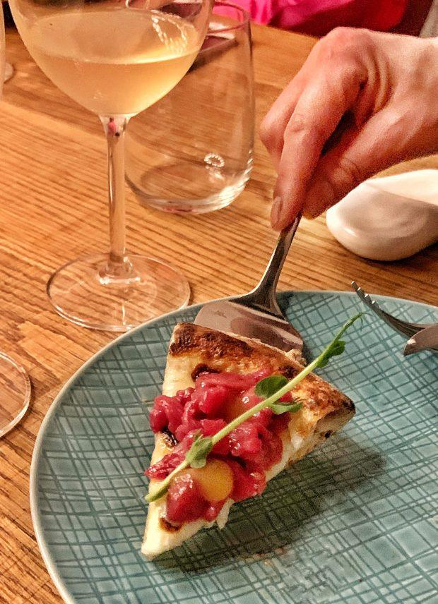 Pizza con fiordilatte, stracciatella, tartare di Chianina, Blu di bufala e crema di mango agrodolce, con un bianco macerato sulle bucce come un Trebbiano d'Abruzzo | ©foto Sandra Longinotti