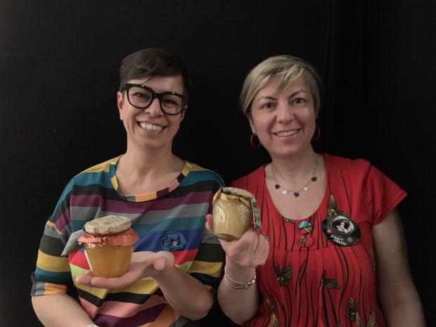 Serena e Cristiana Mela con le nuove marmellate dell'azienda di famiglia, il Frantoio Sant'Agata di Oneglia | ©foto Sandra Longinotti