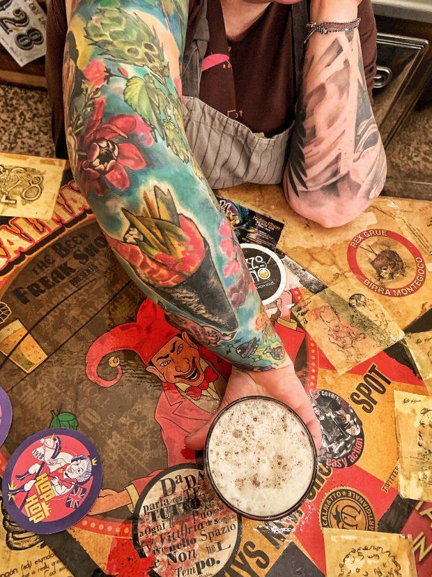 evoluzioni di braccia tatuate (di Beatrice Petrini) e English IPA Hop Hop, sul bancone del 19.28 Pub Gourmet :D   ©foto Sandra Longinotti