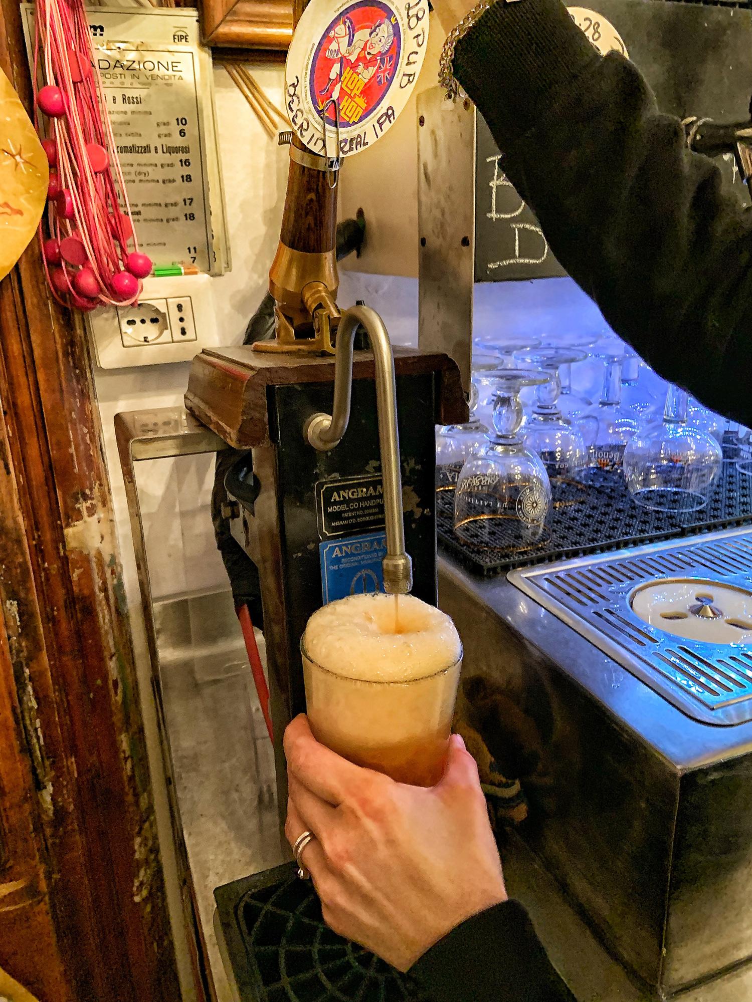 al 19.28 Pub Gourmet la english IPA Hop Hop si spilla a pompa   ©foto Sandra Longinotti