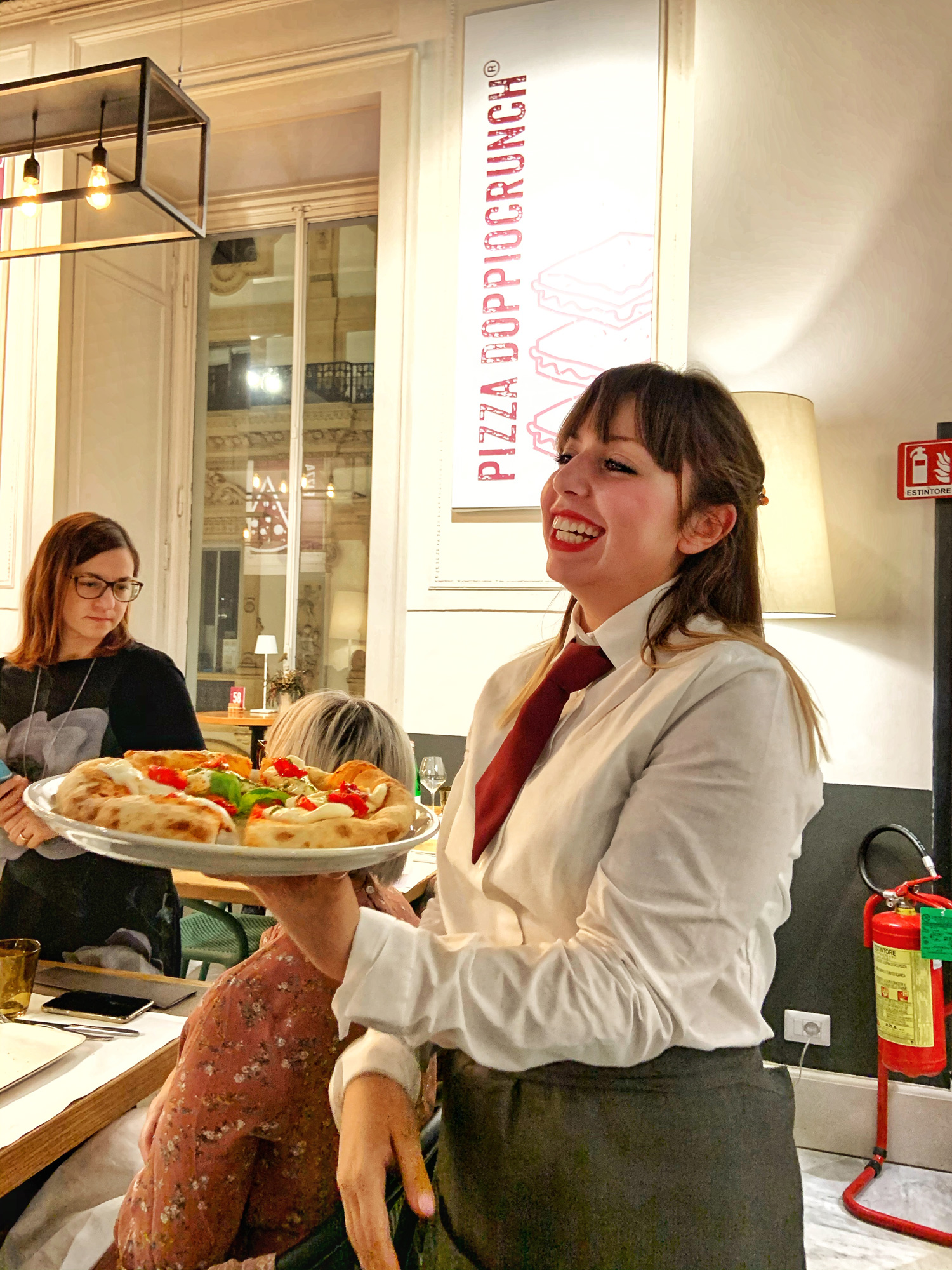Saporè Milano, uno scorcio della Sala dove viene servita la pizza contemporanea di Renato Bosco in tre diverse consistenze | ©foto Sandra Longinotti