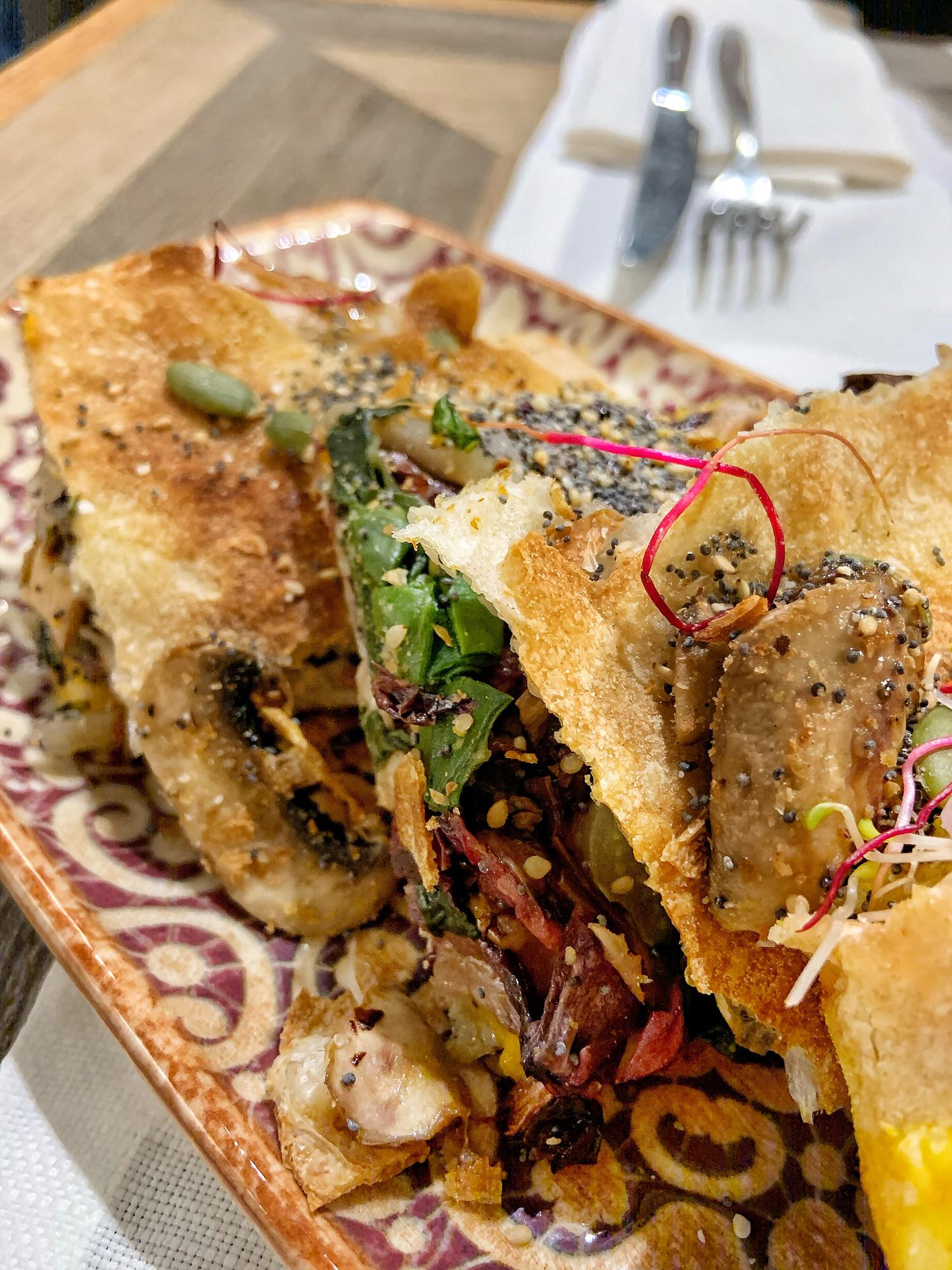 Saporè Milano, Pizza Doppio Crunch VEGAN (farcita con crema di zucca, radicchio, funghi freschi, bieta, semi e gomasio) | ©foto Sandra Longinotti