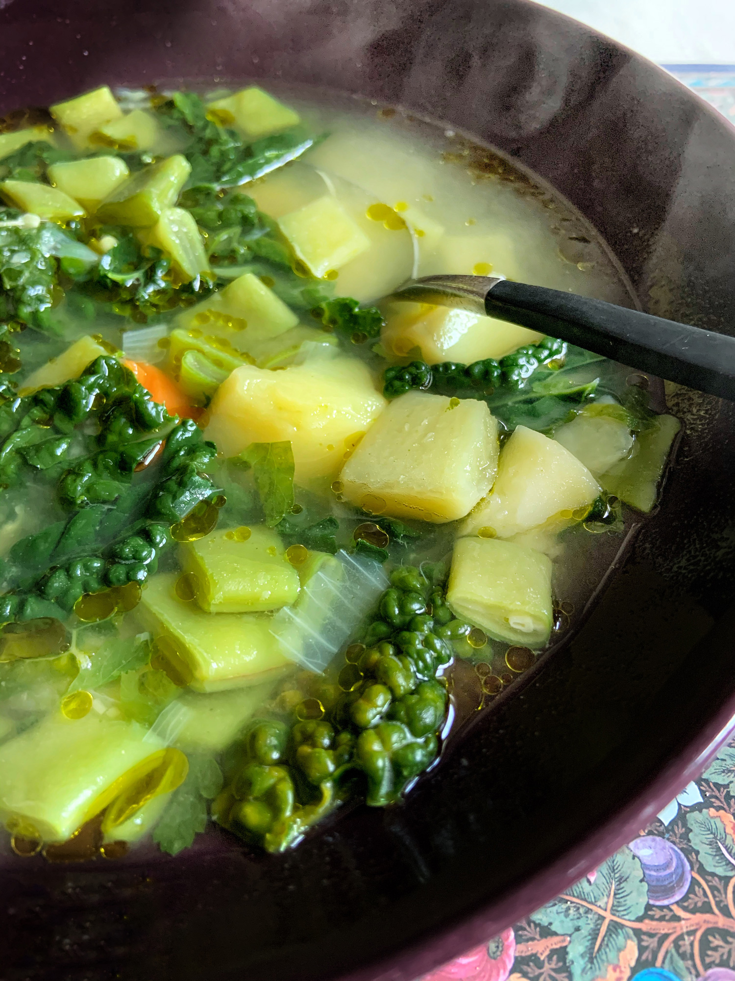 Minestrone al cavolo nero, la mia Monday Soup #22 è veloce, gustosa, vegetariana e vegana   ©foto Sandra Longinotti