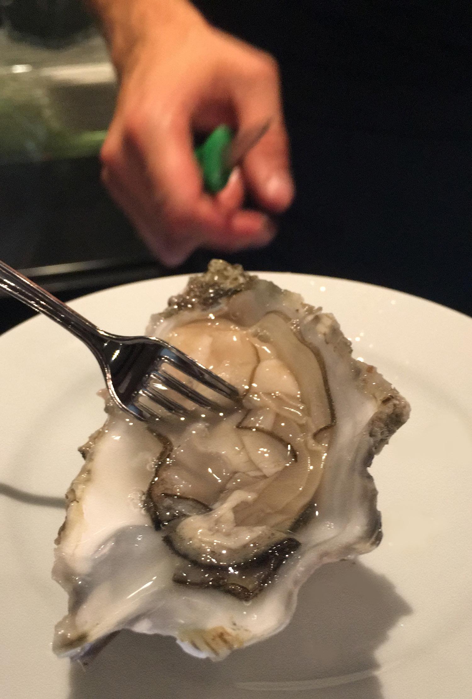 Per mantenere la freschezza delle ostriche aperte, aggiungi un cucchiaino di acqua di mare | ©foto Sandra Longinotti